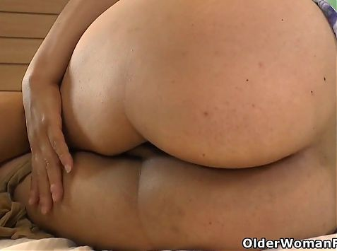 Latina BBW Karina gets off on her nylon pantyhose